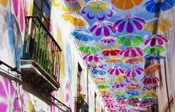 Ombrelli variopinti nel cielo Decorazione della via Fotografia Stock Libera da Diritti