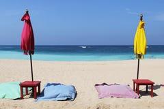 Ombrelli variopinti sulla spiaggia in Bali, Indonesia Immagine Stock