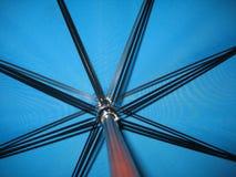Ombrello blu Fotografie Stock