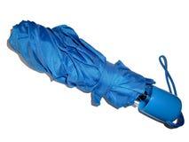 Ombrello blu piegato, isolato su bianco Immagine Stock Libera da Diritti