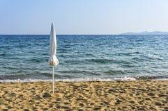 Ombrello chiuso vicino dalla spiaggia Fotografia Stock Libera da Diritti