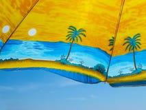 Ombrello con le palme contro il cielo blu Fotografia Stock Libera da Diritti