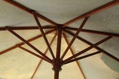 Ombrello da sotto, ombrelli all'aperto vicino allo stagno immagini stock