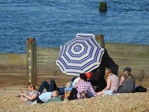 Ombrello del parasole di divertimento di festa della spiaggia della famiglia Fotografie Stock