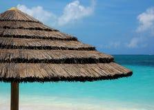 Ombrello dell'erba alla spiaggia fotografia stock libera da diritti