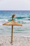 Ombrello della paglia sulla spiaggia di sabbia Fotografia Stock Libera da Diritti