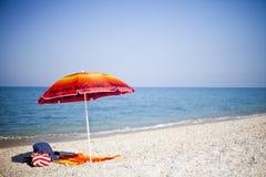 Ombrello di legno della stuoia sulla spiaggia Immagine Stock
