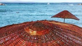 Ombrello di legno vicino alla spiaggia video d archivio