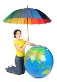 Ombrello di seduta e della holding della donna sotto il grande globo Fotografie Stock Libere da Diritti