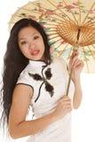Ombrello di sguardo vicino del vestito bianco asiatico dalla donna Immagini Stock