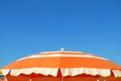 Ombrello di spiaggia arancione Immagine Stock Libera da Diritti