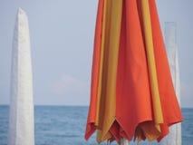 Ombrello di spiaggia chiuso ad uguagliare lungamente una spiaggia italiana di estate Fotografie Stock Libere da Diritti