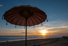 Ombrello di spiaggia di balinese durante il tramonto in spiaggia di Chenggu, Bali Isl Fotografie Stock