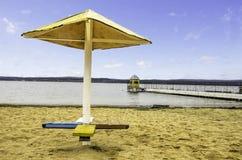 Ombrello di spiaggia e pilastro giallo Immagini Stock Libere da Diritti