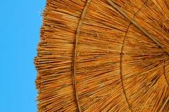 Ombrello di spiaggia fatto di paglia Immagini Stock