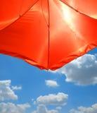 Ombrello di spiaggia rosso sopra cielo blu Fotografia Stock Libera da Diritti