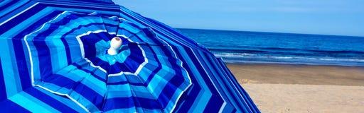 Ombrello di spiaggia a strisce blu a Wellfleet mA su Cape Cod Immagini Stock Libere da Diritti