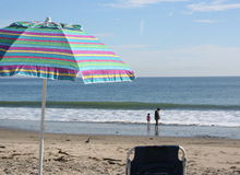 Ombrello di spiaggia a strisce variopinto Fotografia Stock
