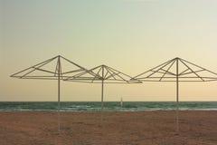 Ombrello di spiaggia su Sandy Beach Fondo Fotografie Stock Libere da Diritti