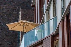 Ombrello di spiaggia su un patio dell'appartamento Fotografia Stock