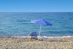 Ombrello di Sun e sunbeds Immagini Stock