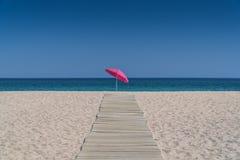 Ombrello di Sun su una spiaggia Fotografia Stock Libera da Diritti