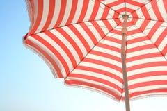 Ombrello e cielo di spiaggia Fotografie Stock Libere da Diritti