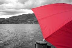 Ombrello e lago rossi Orta Foto in bianco e nero di Pechino, Cina immagine stock