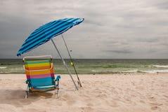 Ombrello e presidenza di spiaggia Immagini Stock Libere da Diritti