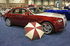 Ombrello e Rolls Royce Sedan Fotografie Stock Libere da Diritti