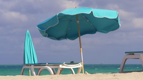 Ombrello famoso 4k Florida S.U.A. della spiaggia del sud di Miami di giorno di estate stock footage