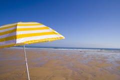 Ombrello giallo alla spiaggia Fotografie Stock Libere da Diritti
