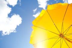 Ombrello giallo su cielo blu con le nubi Fotografia Stock Libera da Diritti