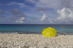 Ombrello giallo sulla spiaggia Fotografia Stock Libera da Diritti