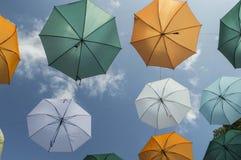 Ombrello iridescente di colori immagine stock