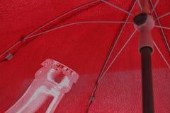 Ombrello rosso sotto il sole fotografia stock