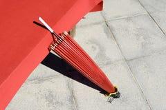 Ombrello rosso tradizionale giapponese Fotografie Stock