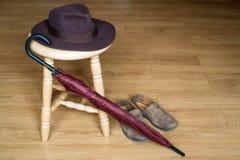 Ombrello, scarpe e cappello della fedora sulle feci Fotografia Stock Libera da Diritti