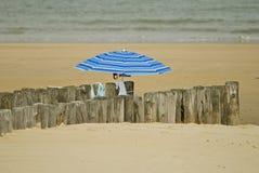 Ombrello su una spiaggia Fotografia Stock Libera da Diritti