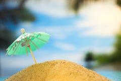 Ombrello sulla spiaggia con le palme su un fondo dell'oceano Immagini Stock Libere da Diritti