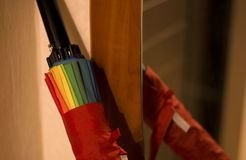 Ombrello in uno specchio della copertura la caduta della casa fotografie stock libere da diritti