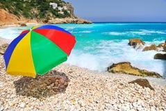 Ombrello variopinto sulla spiaggia Immagini Stock Libere da Diritti