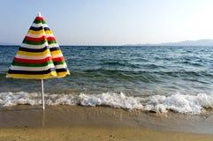 Ombrello variopinto sulla spiaggia Immagini Stock