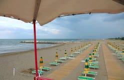 ombrelloni sulla spiaggia dalla torre di sorveglianza del bagnino Fotografia Stock Libera da Diritti