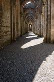 Ombres au coucher du soleil créé par des bistouris de cathédrale de San Galgano image libre de droits