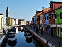 Ombres d'après-midi sur Burano, canal de l'Italie images libres de droits