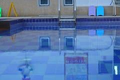 Ombres dans la piscine silencieuse photographie stock