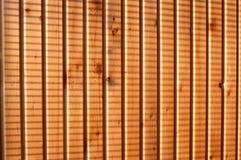 Ombres de jalousie sur le mur battening en bois Photo libre de droits