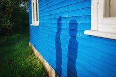 Ombres de l'homme et de femme sur le mur Images stock