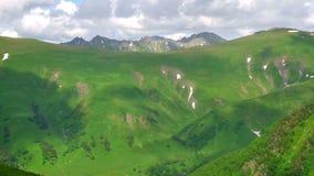 Ombres de nuage en montagnes vertes et hautes Timelapse de Milou Région de Kavkaz banque de vidéos